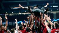 Pelatih Liverpool Juergen Klopp dilemparkan ke udara oleh anak asuhnya saat merayakan gelar juara Liga Champions usai mengalahkan Tottenham Hotspur di Stadion Wanda Metropolitano, Madrid, Spanyol, Sabtu (1/6/ 2019). (AP Photo/Francisco Seco)