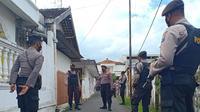 Densus menggeledah rumah terduga teroris di Tuban. (Ahmad Adirin/Liputan6.com)