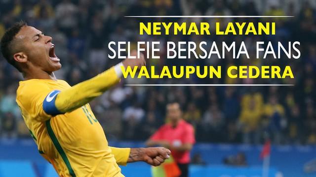 Neymar striker Brasil dengan setia tetap melayani permintaan tanda tangan dan selfie bersama fans yang menanti walau kakinya masih cedera.