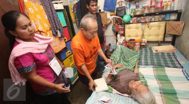 Seorang warga lanjut usia (lansia) melakukan pencoblosan di rumahnya didampingi Panitia Pemungutan Suara (PPS) setempat dalam Pilkada DKI 2017 di wilayah TPS 023 Petamburan, Tanah Abang, Jakarta, Rabu (15/2). (Liputan6.com/Immanuel Antonius)
