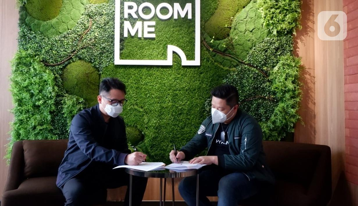 CEO RoomMeGlen Ramersan(kiri)danCEO HypernetSudianto Oei (kanan) menandatangani perjanjian kemitraan antara Hypernet dan RoomMe di Jakarta (29/7/2021). Operator kost virtual di Indonesia, RoomMe menjalin kerjasama dengan Hypernet menghadirkan fitur RoomMe Always On. (Liputan6.com/HO/Ast)