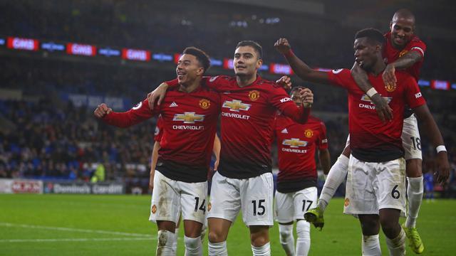 Para pemain Manchester United merayakan gol yang dicetak Jesse Lingard ke gawang Cardiff pada laga Premier League di Stadion Cardiff City, Wales, Sabtu (22/12). Cardiff kalah 1-5 dari MU. (AFP/Geoff Caddick)