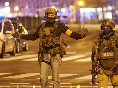 Polisi berjaga di sebuah jalan di Wina, Austria, 2 November 2020. Satu orang tewas dan beberapa lainnya terluka parah dalam sejumlah insiden penembakan yang terjadi pada Senin (2/11) malam waktu setempat di pusat Kota Wina. (Xinhua/Georges Schneider)