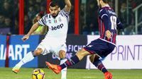 Gelandang Juventus, Tomas Rincon, berusaha melewati pemain Crotone, Andrea Barberis. Juve mampu melakukan delapan kali shoots on target, sementara tuan rumah hanya mendapat dua kali kesempatan. (EPA/Albano Angilletta)