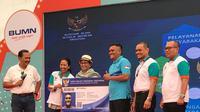 Menteri Luar Negeri RI Retno Marsudi (ketiga dari kiri) saat meluncurkan Kartu Pekerja Indonesia di Singapura untuk Pelaut (KPIS-Pelaut), satu dari tiga inovasi pelayanan WNI terbaru, di KBRI Singapura (11/3/2018) (sumber: Kemlu RI)