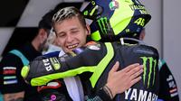 Momen di mana Valentino Rossi memeluk Fabio Quartararo usai balapan MotoGP. (JAVIER SORIANO / AFP)