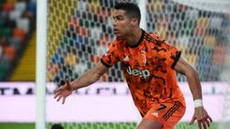 Cristiano Ronaldo. Striker Portugal berusia 36 tahun yang kini memperkuat Juventus ini telah mencetak 783 gol baik untuk klub maupun timnas. Bersama Timnas Portugal, 109 gol dicetaknya dalam 179 laga. Di level klub, ia mencetak 674 gol dalam 896 laga. (Foto: AFP/Marco Bertorello)