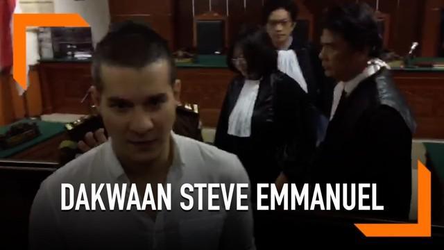 Artis Steve Emmanuel menjalani sidang dakwaan dalam kasus penyeludupan kokain di Pengadilan Negeri Jakarta Barat. Jaksa Penuntut Umum (JPU) Renaldi dalam dakwaannya mengungkapkan jumlah uang yang dirogoh Steve untuk membeli kokain