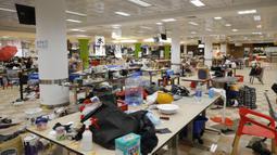 Barang-barang milik pengunjuk rasa ditinggalkan di kafetaria Universitas Politeknik di Hong Kong (21/11/2019). Pihak kepolisian Hong Kong telah berhasil menangkap ratusan demonstran yang berada di kampus ini. (AP Photo/Vincent Thian)