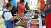 Para buruh gendong Pasar Sunggingan, Boyolali mengambil menu makanan di Warung Sedekah di Taman Pandan Alas di kawasan simpang Seiko, Boyolali, Rabu (26/9 - 2018). (Solopos.com/Akhmad Ludiyanto)