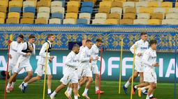 Para pemain Ukraina melakukan pemanasan saat mengikuti sesi latihan di stadion Olympiyskiy di Kiev (12/10/2020). Ukraina akan bertanding melawan Spanyol dalam lanjutan UEFA Nations League Divisi A Grup 4 (A4) di Stadion NSK Olimpiyskiy. (AFP/Sergei Supinsky)