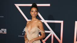 """Aktris Ella Balinska berpose saat menghadiri pemutaran perdana film """"Charlie's Angels"""" di teater Regency di Westwood, California (11/11/2019). Di film ini Ella Balinska berperan sebagai Jane Kano. (AFP/Jean-Baptiste Lacroix)"""