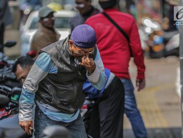 Gas Air Mata Sisa Bentrok Massa Vs Polisi Ganggu Aktivitas Warga