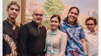 Maia Estianty bersama sang suami, Irwan Mussry dan ketiga anak-anaknya, Al, El dan Dul. (dok. Instagram @maiaestiantyreal/https://www.instagram.com/p/BpinK1il6fn/?hl=en&taken-by=maiaestiantyreal/Putu Elmira)