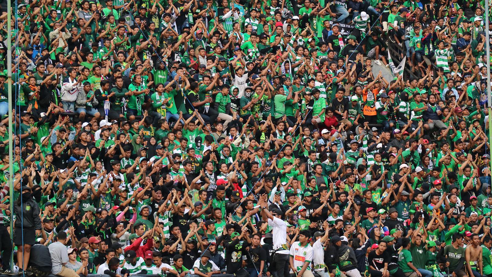Bonek Mania memenuhi Stadion GBT, Surabaya, Minggu (28/1/2018), pada laga Persebaya vs Madura United. (Bola.com/Aditya Wany)