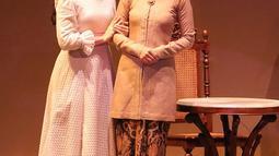 Chelsea Islan dan Marsha Timothy dalam pertunjukkan ketiga Bunga Penutup Abad di Taman Ismail Marzuki, Jakarta (17/11).Pertunjukkan teater tersebut diadaptasi dari novel karya Pramoedya Ananta Toer. (Fimela.com/Bambang E.Ros)