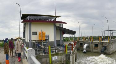 Wali Kota Surabaya Tri Rismaharini memastikan kondisi tanggul Kali Lamong