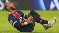Pemain Paris Saint-Germain Neymar jatuh kesakitan saat menghadapi Lyon pada pertandingan League One di Stadion Parc des Princes, Paris, Prancis, Minggu (13/12/2020).  PSG kalah dari Lyon dengan skor 0-1. (AP Photo/Thibault Camus)