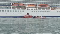 Petugas Kantor Kesehatan Pelabuhan Tanjung Emas Semarang mendatangi kapal pesiar MV Viking Sun untuk memeriksa 2 pasien yang dicurigai terkena corvid19. (foto: Liputan6.com/istimewa/edhie prayitno ige)