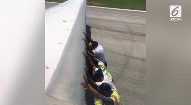 Beredar video sebuah pesawat Garuda Indonesia didorong banyak orang di landasan pacu Bandara Tambolaka.