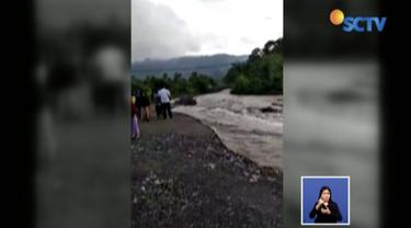 Tim Badan Penanggulangan Bencana Daerah (BPBD) Aceh tengah dibantu TNI-Polri bahu membahu membersihkan material longsor.