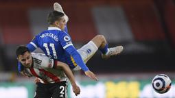 Gelandang Brighton and Hove Albion, Leandro Trossard (atas) berebut bola dengan bek Sheffield United, George Baldock dalam laga lanjutan Liga Inggris 2020/2021 pekan ke-33 di Bramall Lane, Sheffield, Sabtu (24/4/2021). Brighton kalah 0-1 dari Sheffield United. (AP/Laurence Griffiths/Pool)