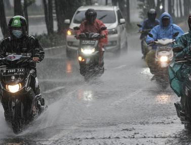 Waspada Hujan Disertai Angin Kencang Bagi Pengedara Motor