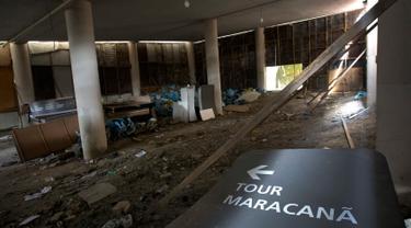 Kondisi bagian dalam Stadion Maracana yang menjadi tempat pelaksanaan Olimpiade Rio 2016 di Rio de Janeiro, Brasil (2/2). Usai pagelaran olimpiade, kondisi Stadion Maracana terlihat tidak terawat dan memprihatinkan. (AP Photo/Silvia Izquierdo)