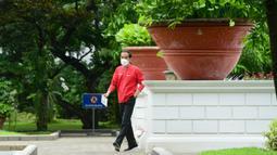 Presiden Joko Widodo berjalan bersiap menjalani vaksinasi COVID-19 dosis kedua di Kompleks Istana Kepresidenan, Jakarta, Rabu (27/1/2021). Vaksin yang disuntikkan Jokowi yakni buatan perusahaan asal China, Sinovac. (Lukas/Biro Pers Sekretariat Presiden)
