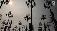 Suasana lomba panjat pinang Kolosal dalam rangka merayakan HUT ke 72 RI di Pantai Karnaval Ancol, Jakarta, Kamis (17/8). Sebanyak 172 batang pohon pinang disediakan untuk warga dengan berbagai macam hadiah menarik. (Liputan6.com/Faizal Fanani)