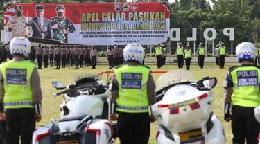 Gubernur Jateng Ganjar Pranowo, Pangdam IV Diponegoro Mayjen TNI Rudianto dan Wakapolda Jateng Brigjen Pol Abiyoso Seno Aji, saat melihat kesiapan pasukan. (Foto: Liputan6.com/Felek Wahyu)