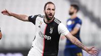 Striker Juventus, Gonzalo Higuain, melakukan selebrasi usai membobol gawang Lecce pada laga Serie A di Stadion Allianz, Jumat (26/6/2020). Juventus menang 4-0 atas Lecce. (AP/Fabio Ferrari)