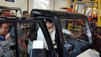 Menteri Perindustrian RI Airlangga Hartarto menguji angkutan pedesaan (Herdi/Liputan6.com)