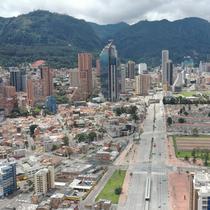Pemandangan udara jalan-jalan yang hampir kosong di Bogota, Sabtu (10/4/2021). Kota-kota besar Kolombia memulai akhir pekan pertama lockdown ketat untuk mengurangi penyebaran gelombang ketiga COVID-19 setelah beberapa hari kasus infeksi lebih dari 10.000 setiap harinya. (DANIEL MUNOZ / AFP)