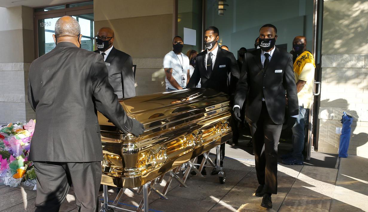 Peti mati berisi jenazah George Floyd dibawa setelah penghormatan terakhir di Gereja Fountain of Praise, Houston, Amerika Serikat, Senin (8/6/2020). Jenazah George Floyd disemayamkan dalam sebuah peti mati berlapis emas. (Godofredo A. Vásquez/Houston Chronicle via AP, Pool)