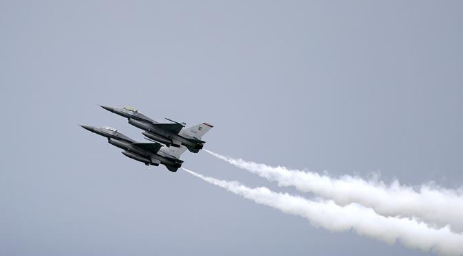(Ilustrasi) Jet tempur F-16 produksi Amerika Serikat menjadi salah satu produk alutsista yang laris dibeli oleh negara di Timur Tengah. (AP Photo / Wong Maye-E)