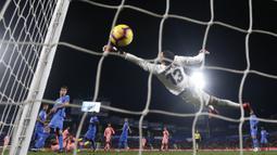 Striker Barcelona, Luis Suarez, mencetak gol ke gawang Getafe pada laga La Liga di Stadion Alfonso Perez, Minggu (6/1). Barcelona menang 2-1 atas Getafe. (AP/Manu Fernandez)