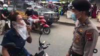 Aksi seorang wanita viral pakai masker plastik. (Instagram/@trending_youtube_)