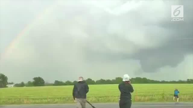 Fenomena langka muncul di Arkansas City. Pelangi dan tornado muncul secara bersamaan.