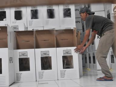 Pekerja menata kotak suara Pemilu 2019 di Gudang Logistik KPU Kota Bekasi, Rabu (20/12). Komisioner bidang logistik KPU Kota Bekasi telah menerima sebanyak 32.500 kotak suara dari 33.600 kotak suara yang ditargetkan. (Merdeka.com/Iqbal S. Nugroho)