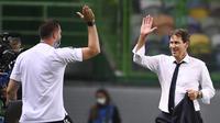 Rudi Garcia (kanan), gembira setelah memastikan tinmnya, Lyon, melaju ke semifinal Liga Champions 2019/2020 usai mengalahkan Manchester City, Minggu (16/8/2020) dini hari WIB. Moussa Dembele dkk. menang 3-1. (Franck Fife/Pool Photo via AP)