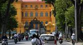 Suasana di depan istana kepresidenan Vietnam di Hanoi (21/9). Media pemerintah melaporkan Presiden Vietnam Tran Dai Quang meninggal pada 21 September di usia 61 tahun setelah mengalami setelah penyakit berkepanjangan dan serius. (AFP Photo/Nhac Nguyen)