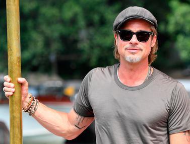 Gaya Santai Brad Pitt Saat Tiba di Venesia