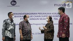 (ki-ka) Direktur Jaringan & Retail Banking Bank Mandiri Aquarius Rudianto, Direktur Commercial Riduan, Komisaris Utama Inti Bangun Sejahtera (IBS) Farida Bau dan Dirut IBS Andrie Tjioe berbincang pada perjanjian kerjasama pembiayaan rekanan di Jakarta, Selasa (22/12/2020). (Liputan6.com/HO/Wedi)