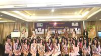 Putri Kus Wisnu Wardani, Ketua Dewan Pembina Yayasan Puteri Indonesia (tengah atas) berfoto bersama 39 finalis Puteri Indonesia 2019 dalam acara konferensi pers. (dok. Liputan6.com/Esther Novita Inochi)