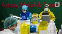 Vaksinator menunggu peserta vaksinasi COVID-19 di Gedung Majelis Ulama Indonesia (MUI), Jalan Proklamasi, Menteng, Jakarta, Rabu (3/3/2021). Ada 250 pengurus MUI yang turut divaksin COVID-19 hari ini dari total pengurus sebanyak 500 orang. (Liputan6.com/Faizal Fanani)