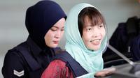 Warga negara Vietnam yang menjadi tersangka kasus pembunuhan Kim Jong-nam, Doan Thi Huong meninggalkan Pengadilan Tinggi Shah Alam di Malaysia, Senin (1/4). Doan Thi Huong lolos dari jerat hukuman mati dan dijadwalkan bakal bebas bulan depan. (AP/Vincent Thian)