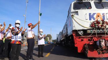 Angkutan logistik Kereta Api Terminal Petikemas Surabaya (TPS) - Stasiun Kalimas kembali beroperasi. (Dian Kurniawan/Liputan6.com)