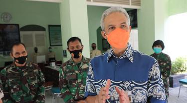 Gubernur Jateng Ganjar Pranowo, saat melakukan pengecekan pelaksanaan vaksinasi anggota TNI di RST Wira Tamtama Semarang. (Foto: Liputan6.com/Felek Wahyu)