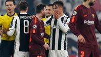Pemain Juventus, Paulo Dybala berbincang dengan pemain Barcelona, Lionel Messi pada akhir pertandingan Grup D Liga Champions di Stadion Allianz, Rabu (22/11). Juventus hanya bermain imbang 0-0 saat menjamu Barcelona. (AP Photo/Antonio Calanni)
